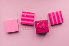 Giftboxes de los días de fiesta en el fondo del rosa en colores pastel Fotos de archivo libres de regalías