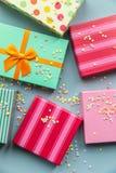 Giftboxes de los días de fiesta en el fondo en colores pastel de la menta Fotografía de archivo libre de regalías
