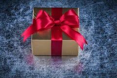 Giftboxes envolvió en documento de oro brillante sobre metálico rasguñada fotos de archivo libres de regalías