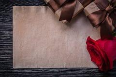 Giftboxes envueltos rosa natural roja de papel del vintage fotografía de archivo libre de regalías