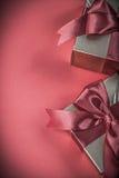 Giftboxes på vertikal version för röd bakgrund semestrar begrepp Royaltyfri Bild