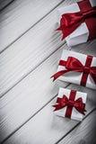 Giftboxes på vertikal version för träbräde semestrar begrepp Fotografering för Bildbyråer