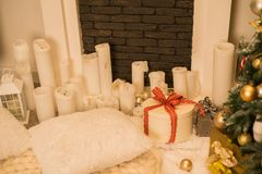 Giftboxes sob a árvore de Natal fotografia de stock