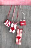 Giftboxes zawijał w czerwień papierze z sercem na drewnianym tle Zdjęcia Royalty Free