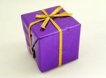 giftboxpurple Fotografering för Bildbyråer