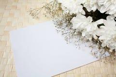 Giftcard und Blumen Stockfoto