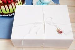 Giftdocument vakje met cake Royalty-vrije Stock Afbeeldingen