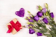 Giftdoos en bloemen van eustoma op een witte achtergrond Romantisch concept Royalty-vrije Stock Foto's