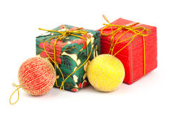 Giftdoos en Kerstmisbal Royalty-vrije Stock Foto