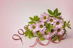 Giftdoos en mooie bloemen op roze achtergrond Royalty-vrije Stock Foto
