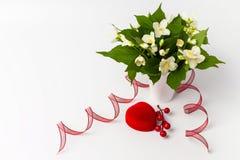 Giftdoos en mooie bloemen op witte achtergrond Stock Fotografie