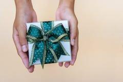 Giftdoos in handen die voor het thankgiving geven stock foto's