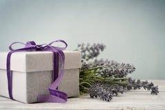 Giftdoos met boeket van lavendel stock afbeelding