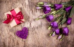Giftdoos met boog en purpere bloemen Eustoma Rieten hart St de Dag van de valentijnskaart ` s Stock Afbeelding
