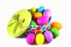 Giftdoos met de kleurrijke eieren van Pasen Royalty-vrije Stock Foto's