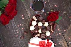 Giftdoos met de rode rozen en chocoladedag van Mother's stock foto's