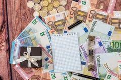 Giftdoos met euro, pen en leeg notitieboekje royalty-vrije stock afbeeldingen