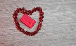 Giftdoos met hart-vormige decoratie stock foto's