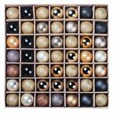 Giftdoos met heldere geïsoleerde Kerstmisballen Stock Foto's