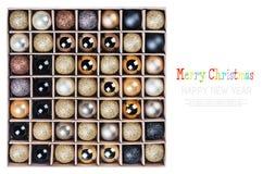 Giftdoos met heldere geïsoleerde Kerstmisballen Royalty-vrije Stock Afbeeldingen