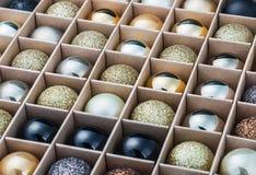Giftdoos met heldere Kerstmisballen Royalty-vrije Stock Afbeeldingen