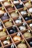 Giftdoos met heldere Kerstmisballen Stock Foto's