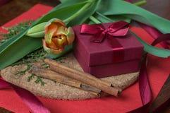 Giftdoos met kruiden en tulpen op houten muur Royalty-vrije Stock Foto