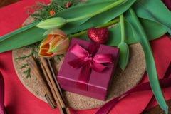 Giftdoos met kruiden en tulpen op houten muur Royalty-vrije Stock Foto's