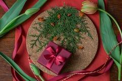 Giftdoos met kruiden en tulpen op houten muur royalty-vrije stock afbeeldingen