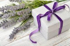 Giftdoos met lavendel stock foto
