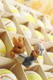 Giftdoos met paaseieren en Pasen-konijntjescijfer Stock Fotografie