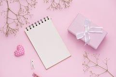 Giftdoos met roze lint en witte bloemen voor moedersdag die wordt gebonden stock afbeeldingen