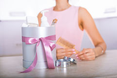 Giftdoos met schoonheidsmiddelen royalty-vrije stock foto