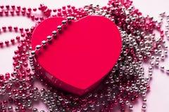 Giftdoos op de feestelijke achtergrond Rood hart De daggift van Valentine ` s royalty-vrije stock afbeeldingen