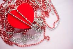 Giftdoos op de feestelijke vage achtergrond Rood hart De daggift van Valentine ` s royalty-vrije stock foto