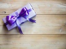 Giftdoos op de houten raad Stock Fotografie