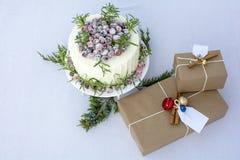Giftdozen en de eigengemaakte witte cake van de chocoladeamerikaanse veenbes Stock Foto's