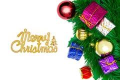 Giftdozen met decoratievoorwerpen voor Kerstmisdag op witte bedelaars Stock Foto