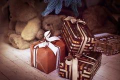Giftdozen onder Kerstboomtak horizontaal Stock Fotografie