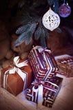 Giftdozen onder Kerstboomtak verticaal Royalty-vrije Stock Foto's
