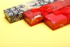 Giftdozen op gele achtergrond voor St Valentijnskaartendag Stock Fotografie