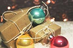 Giften en Kerstmisballen stock fotografie
