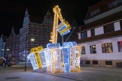 Giften en kraan als Kerstmisdecoratie in oude stad van Gdansk stock afbeeldingen