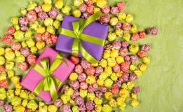 Giften en snoepjes Feest achtergrond Multicolored popcorn en giftdozen Royalty-vrije Stock Foto