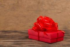 Giften met rood lint op de houten lijst royalty-vrije stock foto