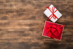 Giften met rood lint op de houten lijst royalty-vrije stock foto's