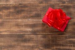 Giften met rood lint op de houten lijst stock fotografie