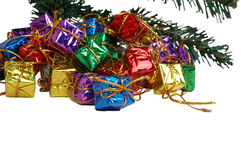 Giften onder een Kerstmisboom stock afbeeldingen