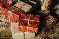 Giften voor het nieuwe jaar in de handen van een familievakantie Stock Foto