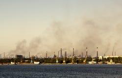Giftige rook over de stad stock afbeeldingen